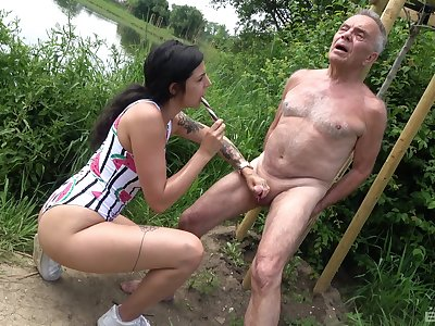 Provocative floosie drops on her knees in all directions swell up an older man's dick